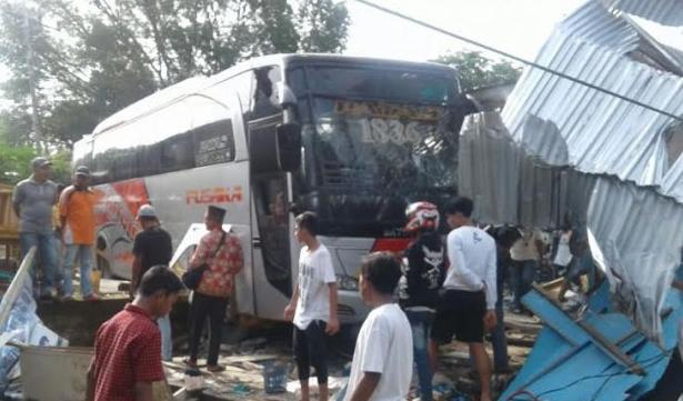 Dua Kedai di Peudada di tabrak Bus dan Dump truk