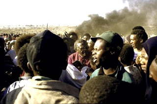 Desmond Tutu dialogando con los manifestantes.