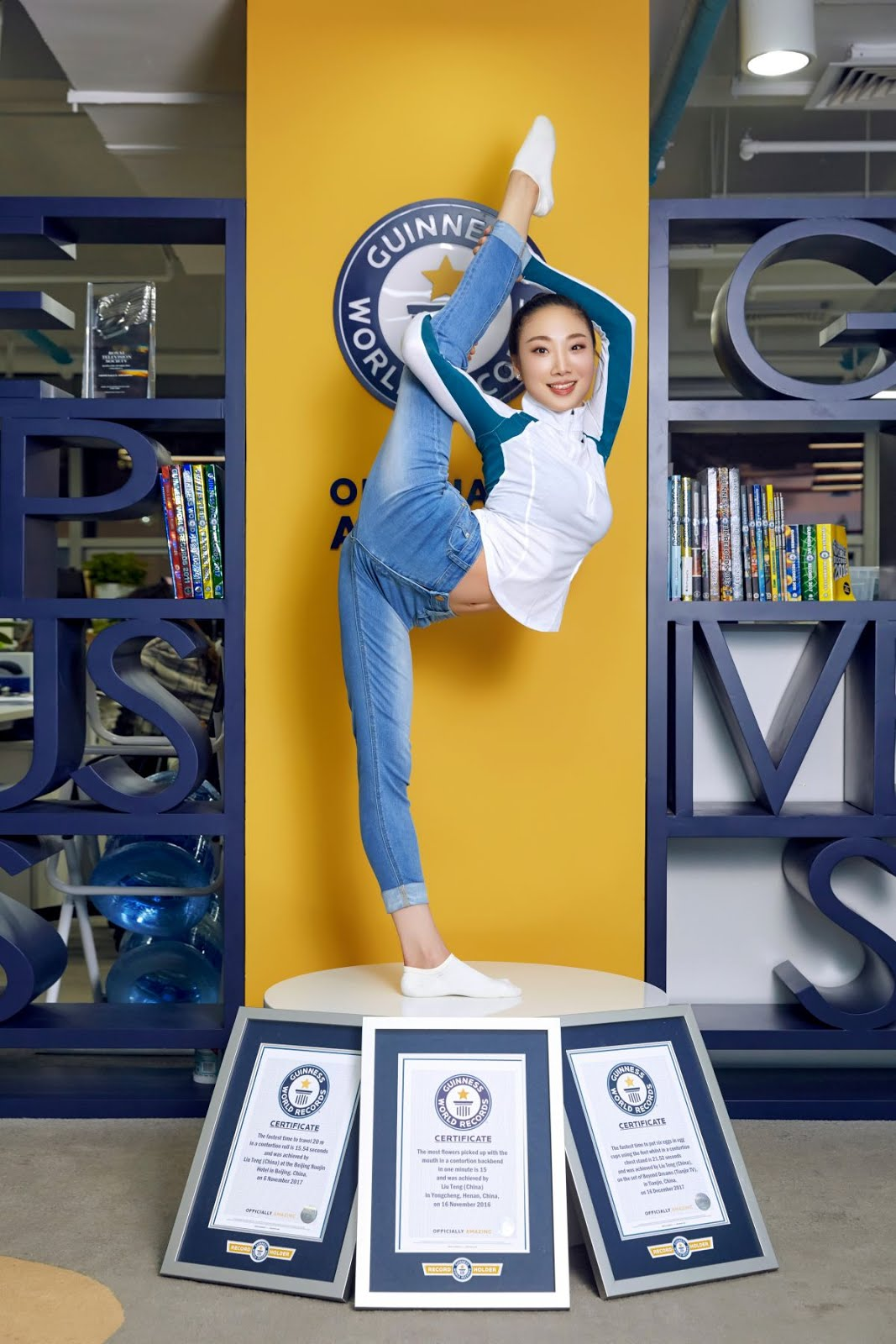 Full Hd Sexy Wallpapers And Hot Photos Of Most Flexible Woman Liu Teng At Guinness World Records Presentation In Beijing Note Click On Image For Full