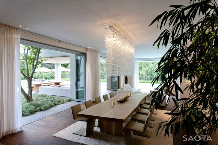 Open dining room in Contemporary Villa by SAOTA