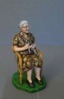 statuina presepio personalizzata donna anziana maglia uncinetto orme magiche