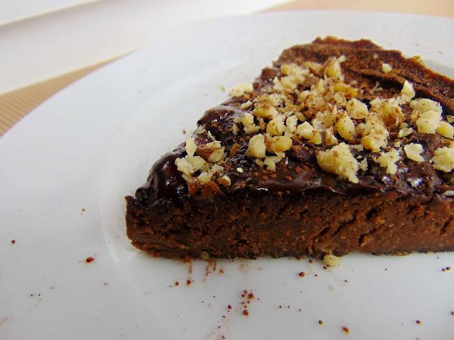 Placek czekoladowo-figowy z truskawkami