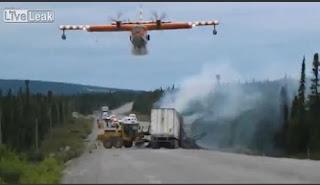 Eντυπωσιακό video. Καναντέρ σβήνει φωτιά σε τροχαίο