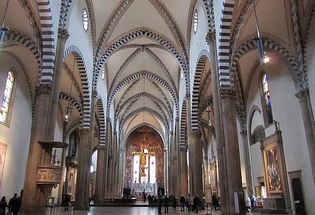 Interior da igreja Santa Maria Novella em Florença