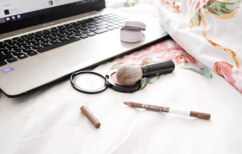 Cara membersihkan keyboard laptop dengan Brush Make Up