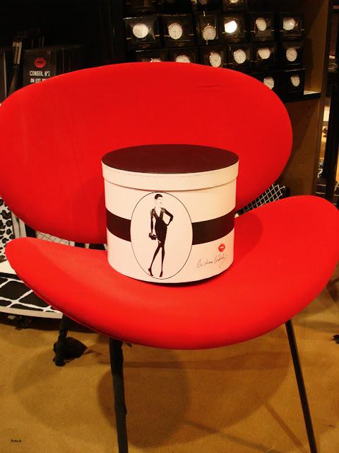 fauteuil rouge et boîte à chapeau