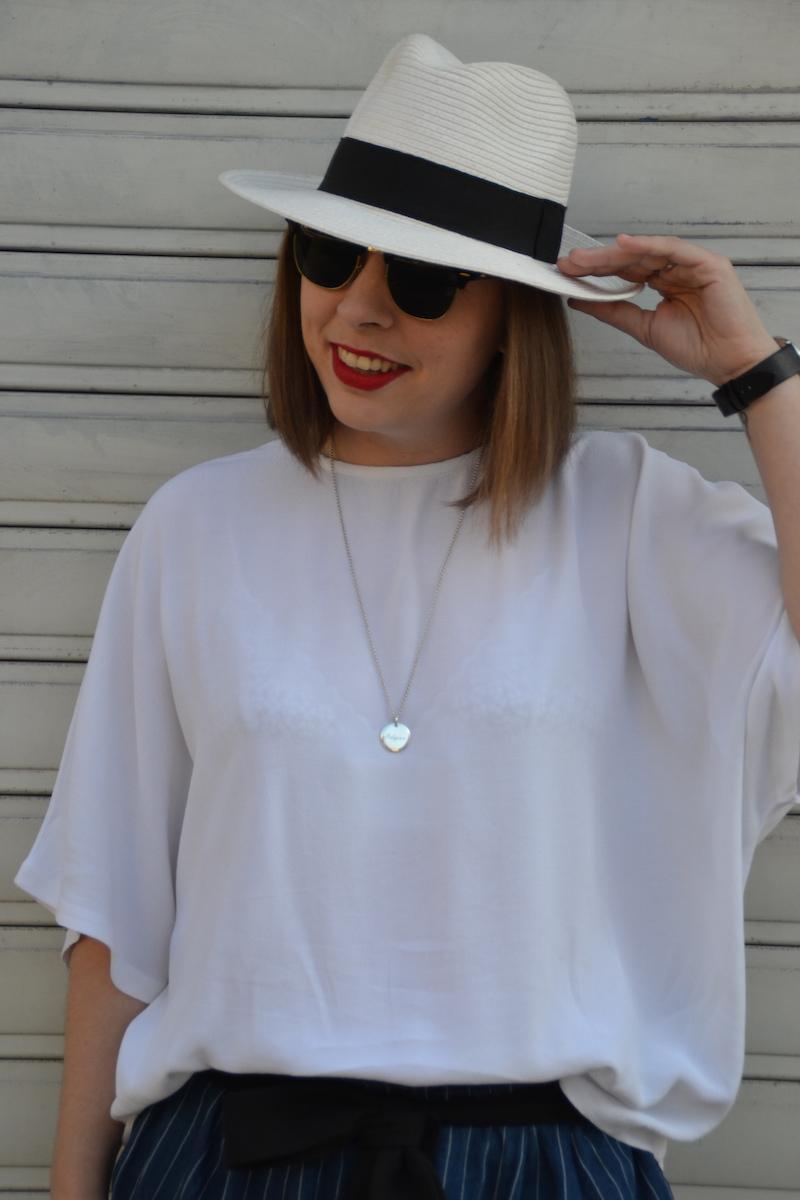 blouse blanche H&M, panama, medaille l'atelier d'amaya et short en coton rayé H&M