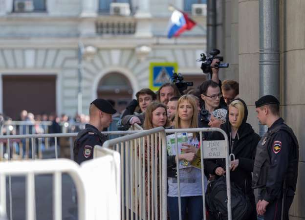 Russians Peacefully Protest, Call for Putin to Quit