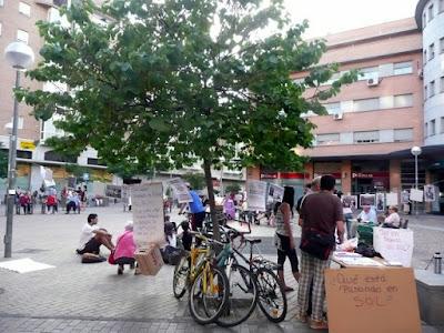 Vista de la plaza de las Palomas con los carteles propios del 15M