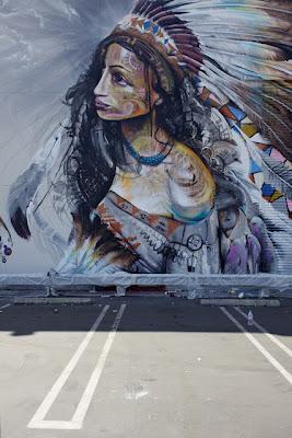Una bonita mujer apache en la calle arte y dibujo