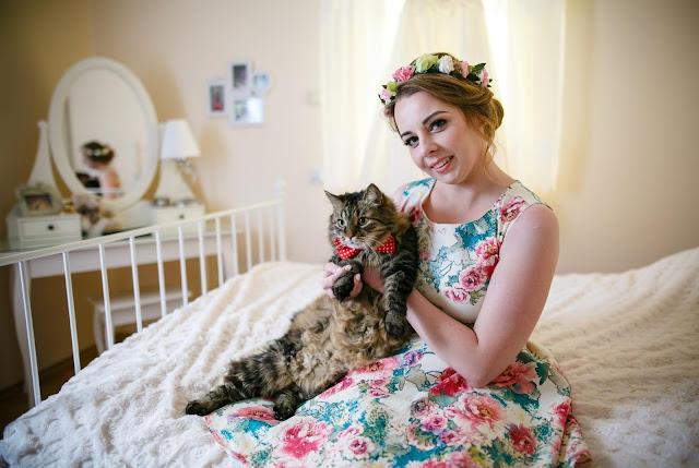 ślubne inspiracje, panna młoda z kotem, panna młoda z pupilem, kot ślubny, ślubny ubiór kota