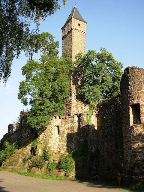 O castelo era a segunda casa dos populares, sua segurança  e sede da igrejinha. Castelo de Hirschhorn