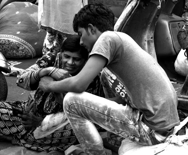 monochrome monday, black and white weekend, black and white, candid, street, street photo, street photography, chor bazaar, mumbai, india,
