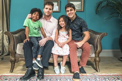 Thiago Fragoso é Alan em 'Salve-se Quem Puder'; na foto, ele e seus filhos adotados, o Tarantino, a Queen e o Mosquito — Foto: Paulo Belote/Globo
