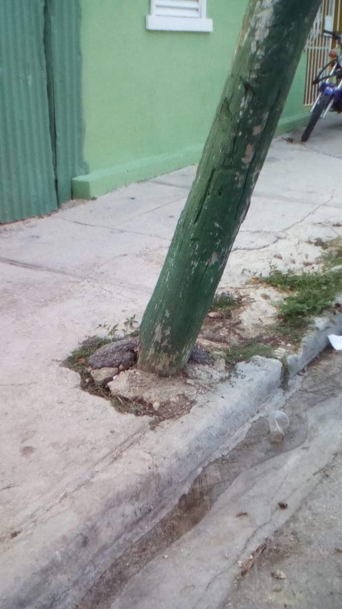 Moradores de la Cuaba demandan sustituir poste que cae lentamente.