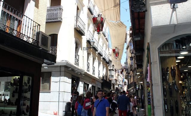 calle-comercio-en-el-casco-histórico-de-toledo-con-la-ornamentación-del-corpus.jpg