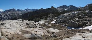 Blick nach Osten; links im Hintergrund liegt Lake Basin; rechts im Hintergrund Marion Peak, White Pass liegt direkt links des Massivs
