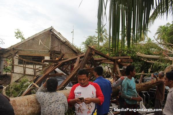 Inilah Foto Foto Angin Puting Beliung di Pangandaran