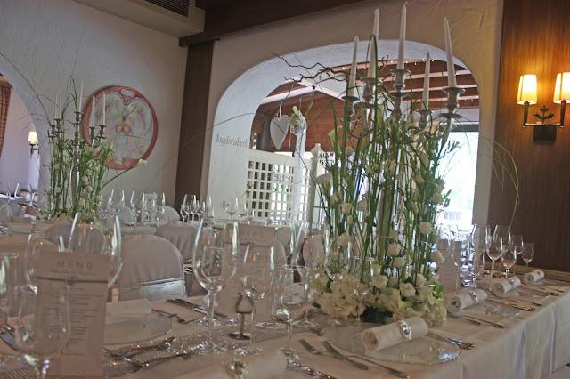 Hochzeitsdinner im Seehaus am Riessersee in Garmisch-Partenkirchen - Vier Hochzeiten und eine Traumreise - Vox - im Riessersee Hotel Garmisch-Partenkirchen mit viel Glitzer und weißen Calla - #4HochzeitenundeineTraumreise #Riessersee #Garmisch #HochzeitinGarmisch #Glitzer #Glimmer #Calla #HochzeitinBayern