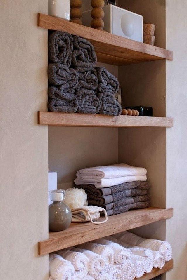 10 ideas para renovar el baño por menos de 100€. Estante de madera con toallas nuevas
