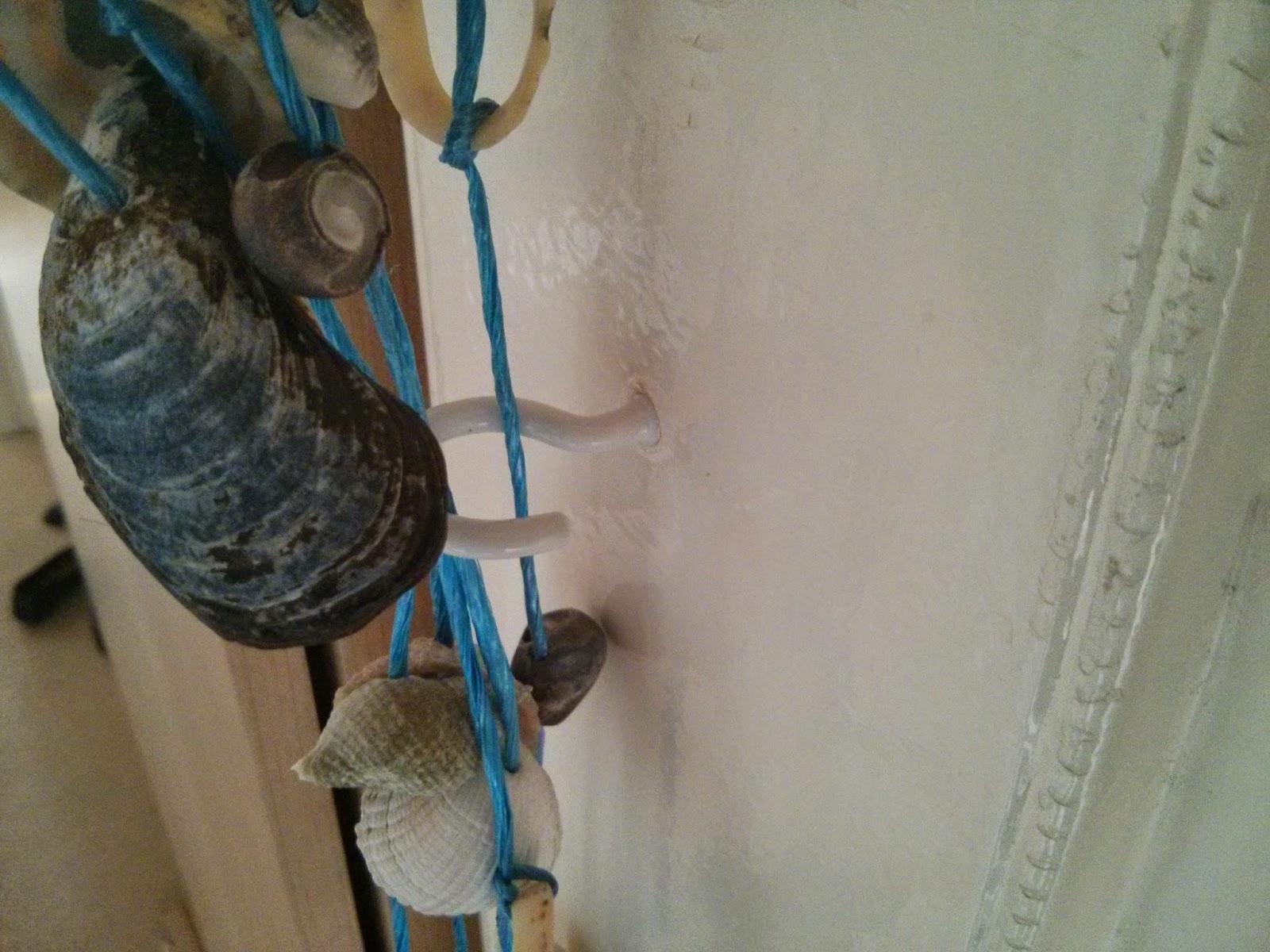 Az oldalsó kampók felszerelve a kagylófüggönyhöz