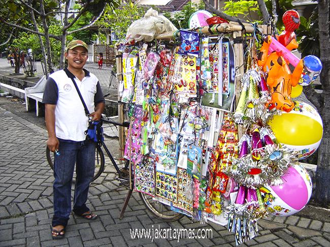 Vendedor ambulante de chucherías en Yakarta