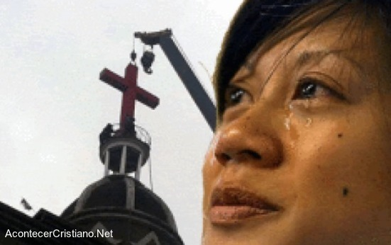 Mujer llorando porque quitaron cruz de iglesia en China