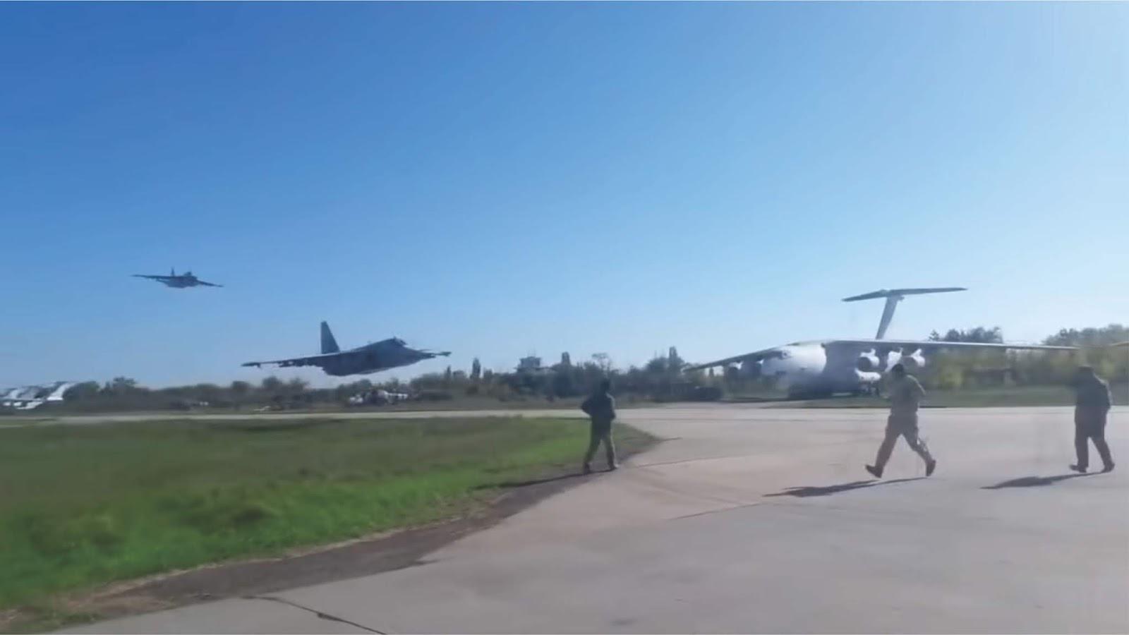 Spektakuler Su-25 Ukraina terbang sangat rendah hampir menyentuh landasan