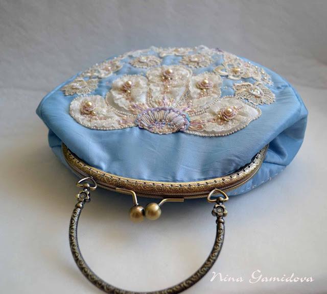 Сумочка с фермуаром, украшена ручной вышивкой.