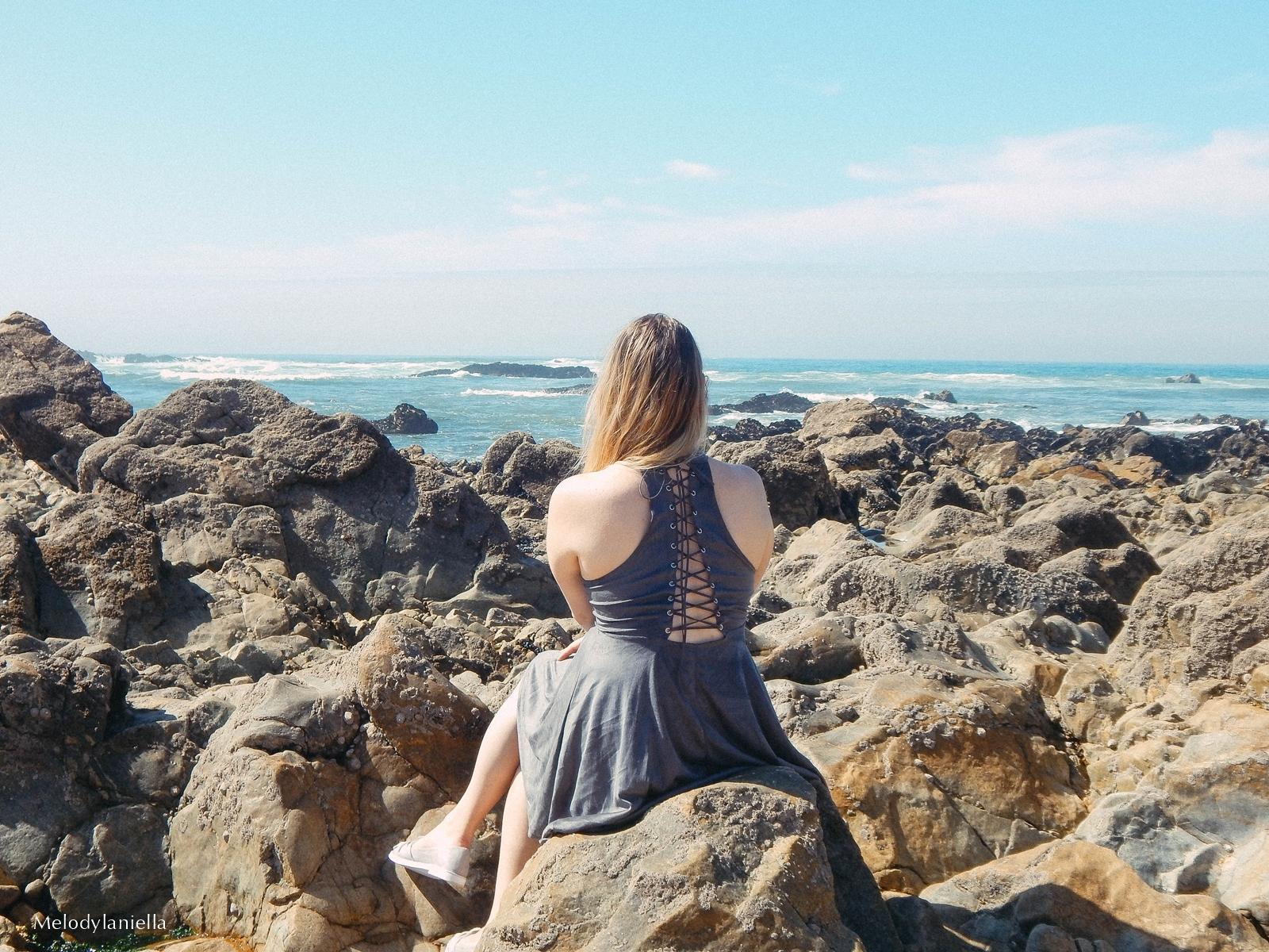 10 stylizacja porto portugalskie plaże co zobaczyć w portugalii szara sukienka sznurowana na plecach sukienka z zamszu szare sukienki sznurowania jaka sukienka dla blondynek mini szare espadryle biżuteria