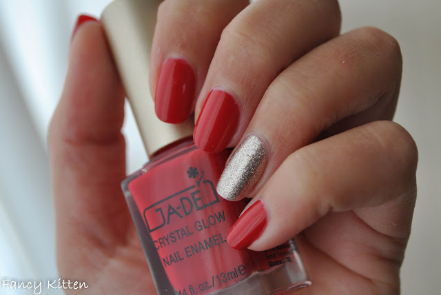 Gade - Red Glam (375) & Essence - On Air! (44) swatch