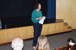 Marly Draeger, pedagoga, ministra uma palestra sobre Ética e Cidadania