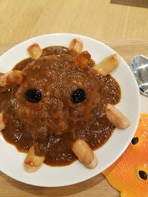 大人気だった「メンダコカレー」の仮の姿 カップメンダコの目は黒豆だ!ライスに埋没させるとそっくりに
