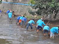 Peringati Hari Air Sedunia, Warga Banyumas Ramai-ramai Bersihkan Sungai Kranji