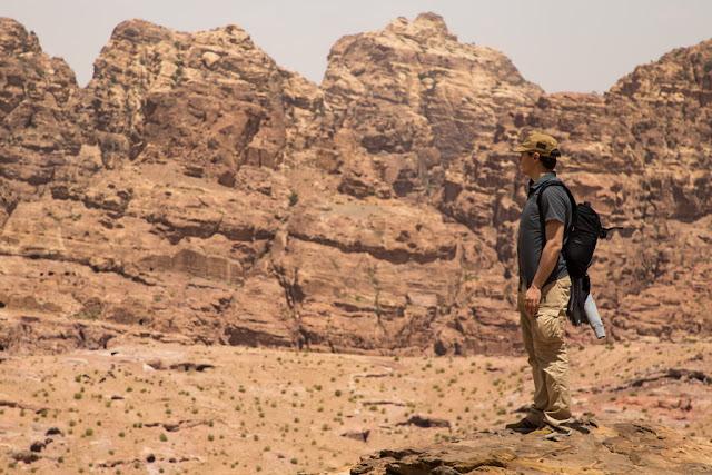 Vistas del Siq exterior en la ruta al mirador superior del Tesoro de Petra, Jordania
