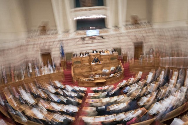 """Φωτογραφία αρχείου από το άρθρο του VICE: «Όσα Έγιναν στη Βουλή όσο """"Έβλεπες Survivor""""»"""