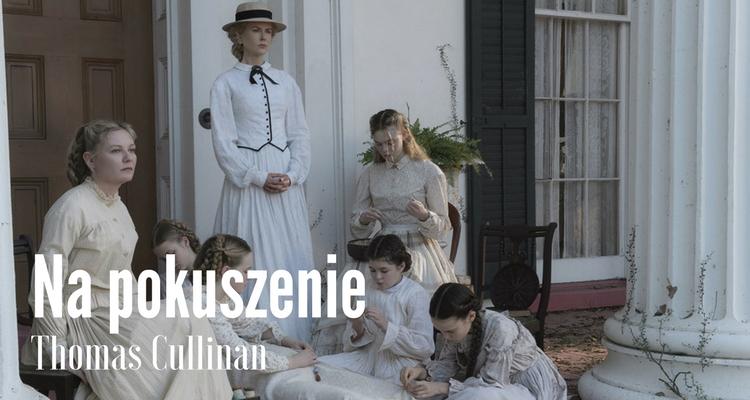 Fragment kadru z ekranizacji; nastoletnie dziewczęta i dwie dorosłe kobiety w białych dziewiętnastowiecznych sukniach na ganku dużego domu