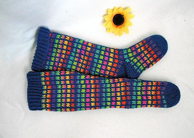 -heegeldatud -vikerkaar -sokid -põlvikud -tumesinine -taust -crochet -blue -navy -kneesock  -rainbow