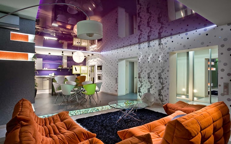 sala violeta y naranja