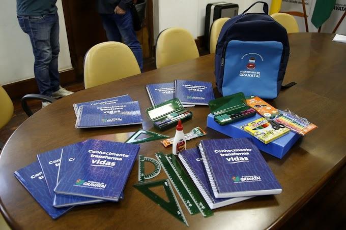GRAVATAÍ | Marco Alba anuncia entrega de kit completo de material escolar, aumento do valor de repasse e construção de gradis, concluindo o cercamento das escolas municipais