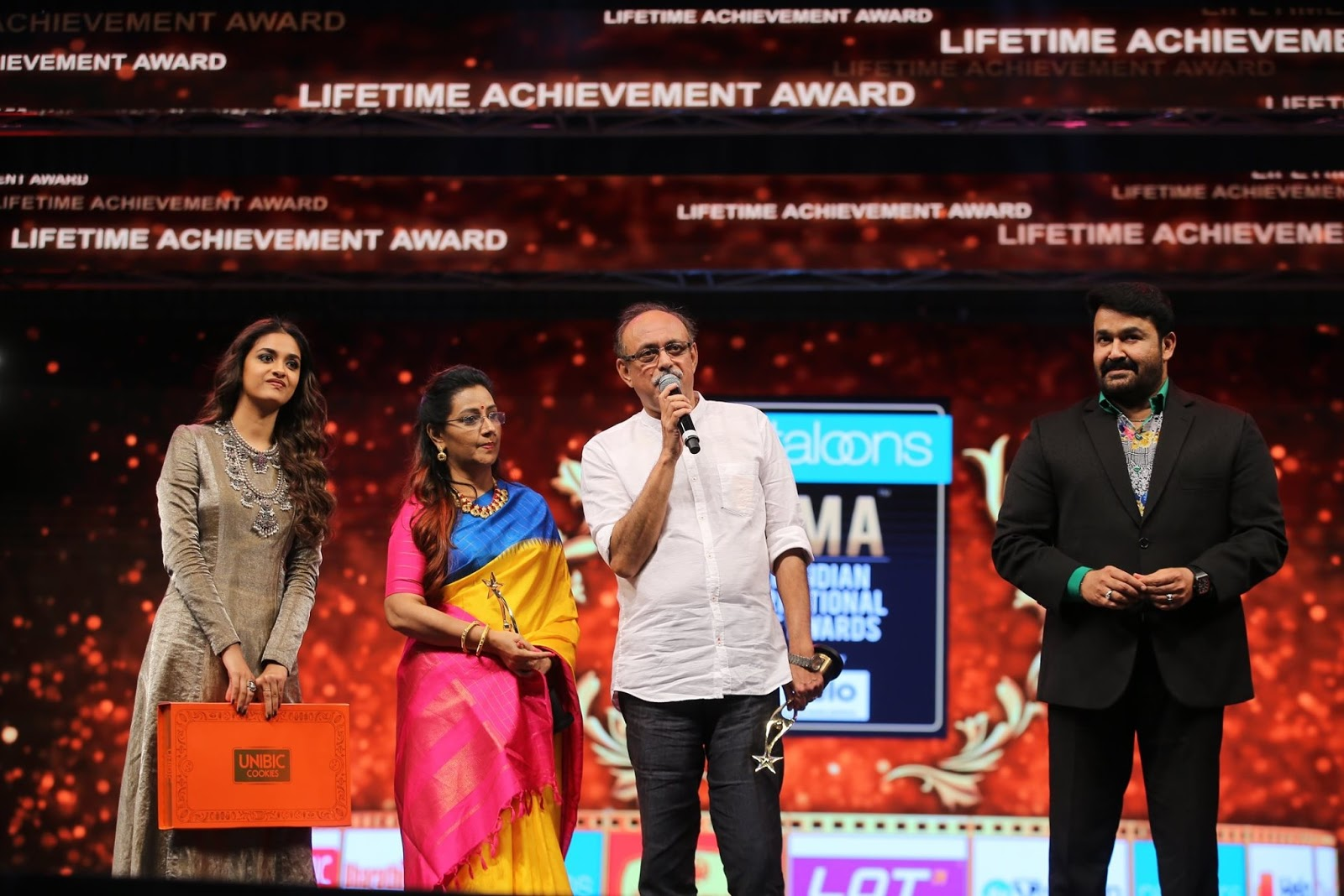 Keerthy Suresh with her Lovely Parents and Mohanlal at SIIMA