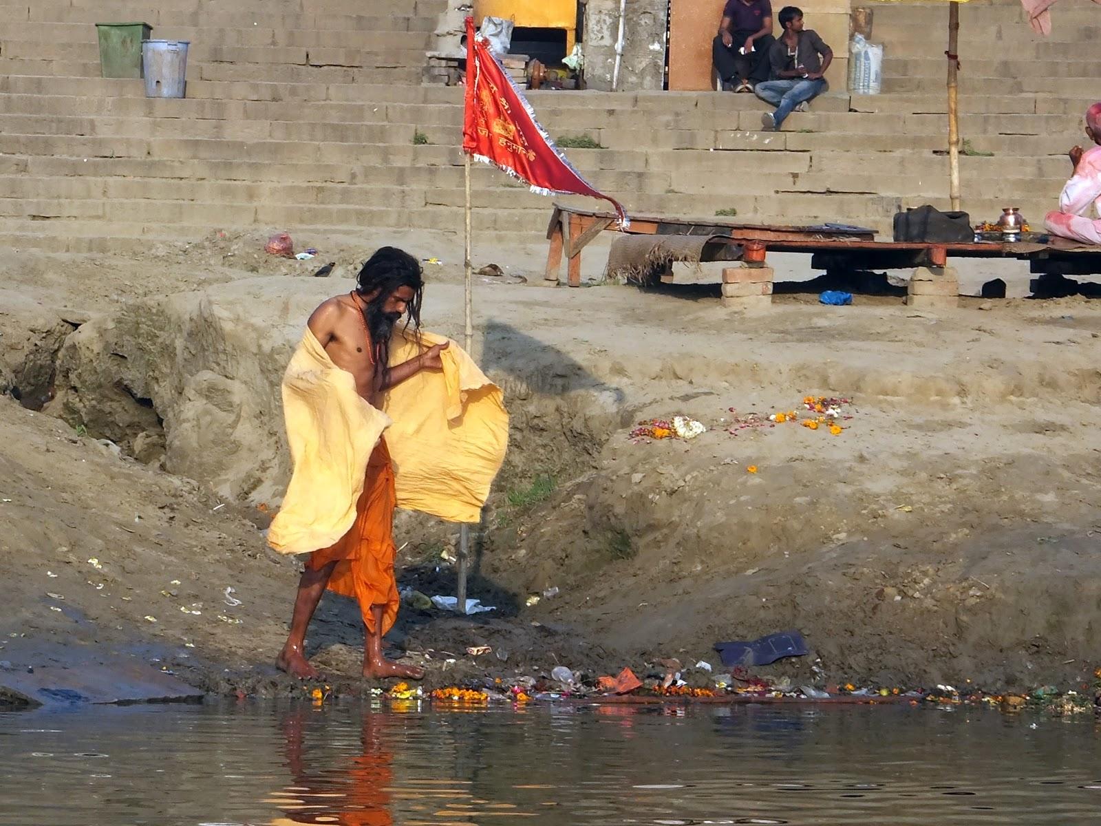 утренние водные процедуры в Индии