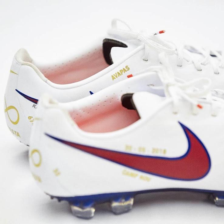 ... del Barça en homenaje a Iniesta. En la que el club juega con el dorsal   8  para convertirlo en infinito. Como se puede ver en el talón de las  botas. 539e28fcb9416