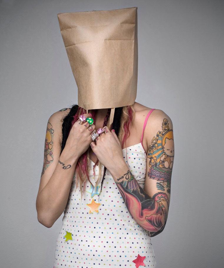 Chica tatuada se tapa la cabeza con una bolsa por verguenza