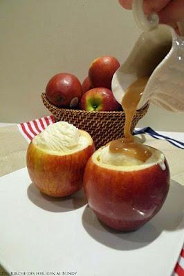 leckeres heißes Dessert aus Apfel mit Soße