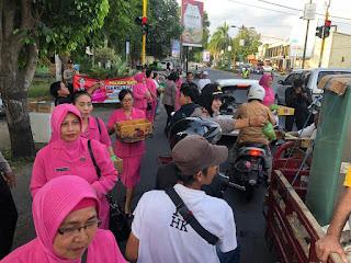 Ibu-ibu Bhayangkari Dan Kapolsek Mataram Bagi-Bagi Takjil Di Simpang Empat Pawon Mirasa Jalan Bung Karno Kota Mataram