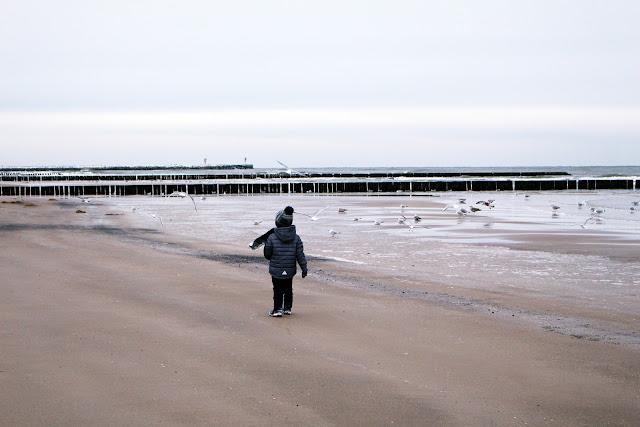 dziecko nad morzem w zimie