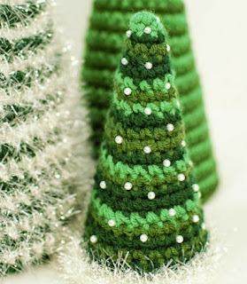 http://translate.google.es/translate?hl=es&sl=en&u=http://www.petalstopicots.com/2013/12/cone-christmas-tree-crochet-patterns/&prev=search