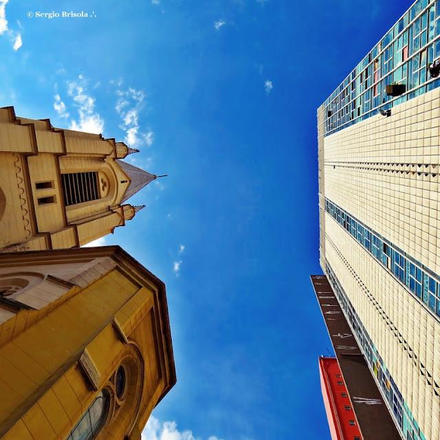 Perspectiva inferior da Igreja Martin Luther e Edifício Wilton Paes de Almeida - São Paulo - 3 dias antes do incêndio e desabamento do edifício no Largo do Paissandú