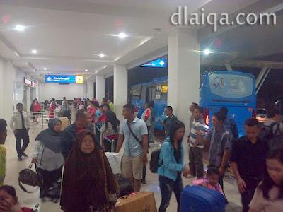 di pintu kedatangan bagian luar bandara Raden Inten II, Lampung